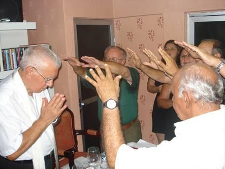 Rito parcial da benção solene ministrada pelos Padres Casados sobre o jubilado