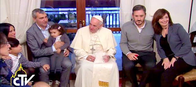 Resultado de imagem para Francisco visita familias de padres casados em Roma
